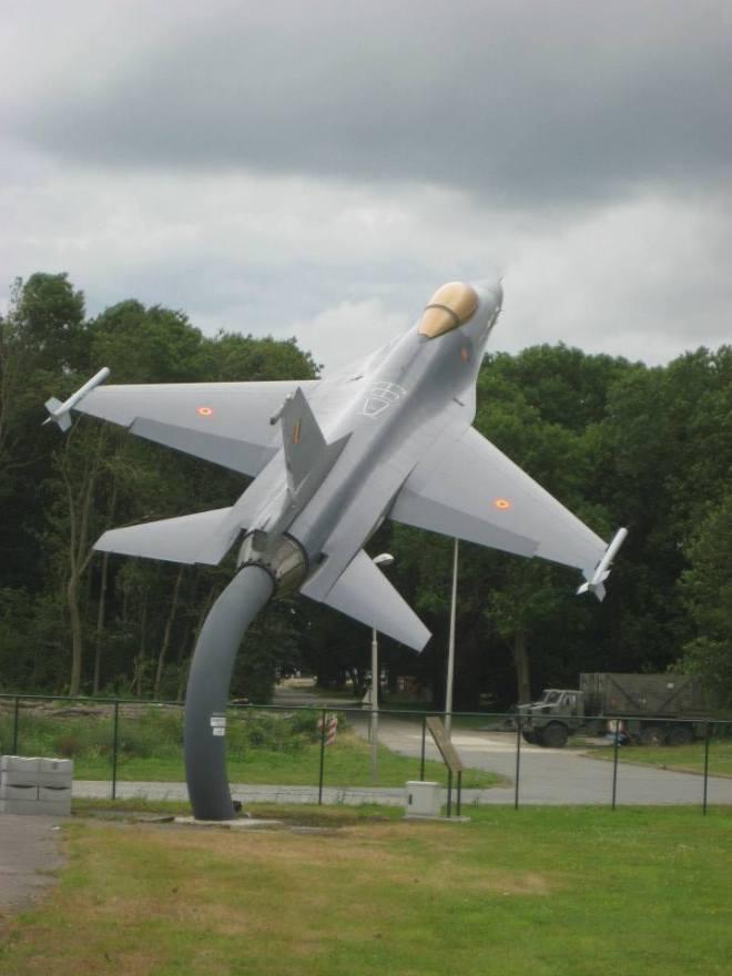 Un F16 sera toujours présent à la base comme monument (photo par Luc Jandrain)