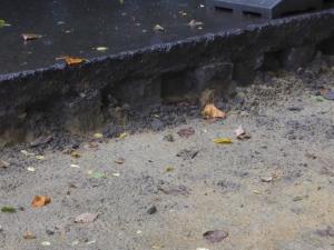 Détail des pavés pendant les travaux, en dessous du bitumen pas encore enlevé