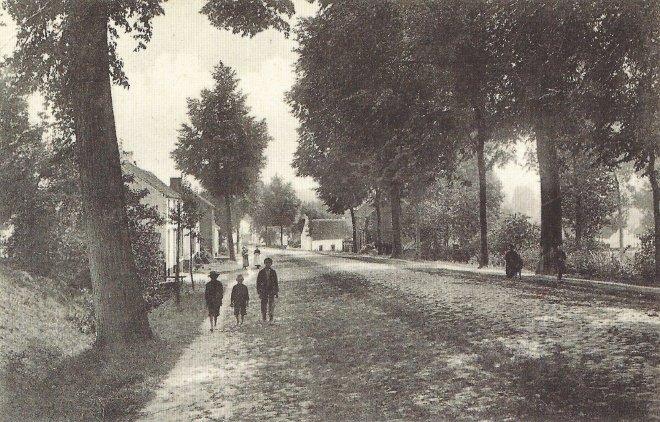 L'entrée d'Hamme-Mille, début du vingtième siècle - remarquez que les enfants à gauche sont pieds-nus!