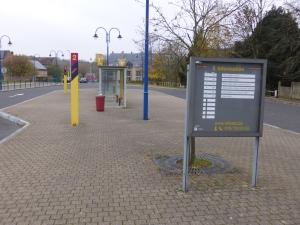 """Les quais de bus de la halte """"vicinale"""" d'Hamme-Mille. """"Vicinale"""" réfère vers l'ancienne station de tram, au même endroit"""