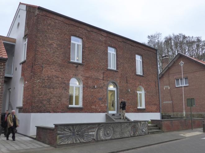 Maison de Village à Nodebais. A gauche, le bourgmestre, Marc Deconinck sortant du bâtiment.