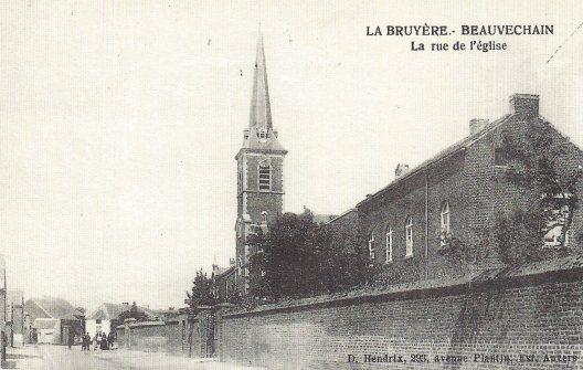 """Rue de l'église à La Bruyère. Carte postale reprise du livre """"Beauvechain au fil du temps"""" par M Deconinck."""