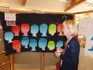 Chantale Lecluse-Lahaye devant une réinterpretation d'une photo de classe