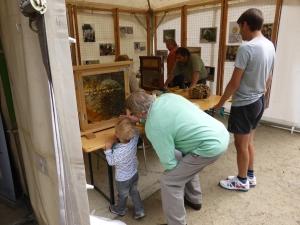 Trois générations de Rouget admirent les ruches.