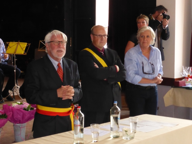 Marc Deconinck (bourgmestre) en train de raconter quelques anecdotes, pendant que Luc Gathy (président CPAS) et Brigitte Wiaux (échevine pour l'intergénérationnel) regardent.