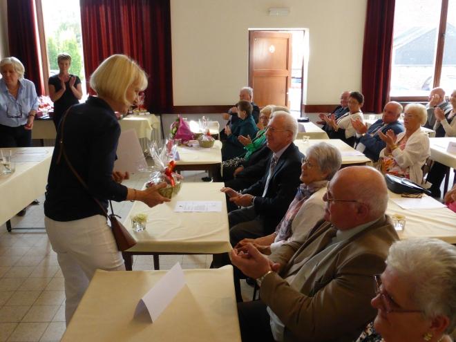 Chantale Lecluse-Lahaye (conseillère CPAS) distribue des fleurs