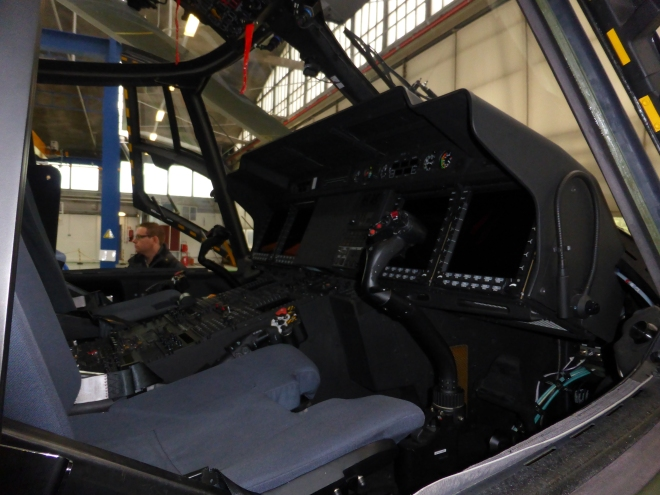 Cockpit du NH90. Look moderne ... et les sièges me paraissent très comfortable aussi!