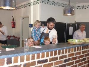 Bruno Van de Casteele, conseiller CPAS, aidé au bar par des nouveaux recruts :-)