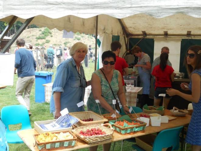 A l'accueil, Brigitte Wiaux, échevine de l'Environnement et Marie-José Frix, conseillère communale faisant goûter des produits du terroir. Photo Luc Jandrain