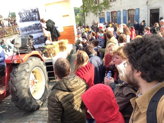 Fin de la parade avec le char de La Bruyère. A droite, Bruno Van de Casteele (conseiller CPAS)