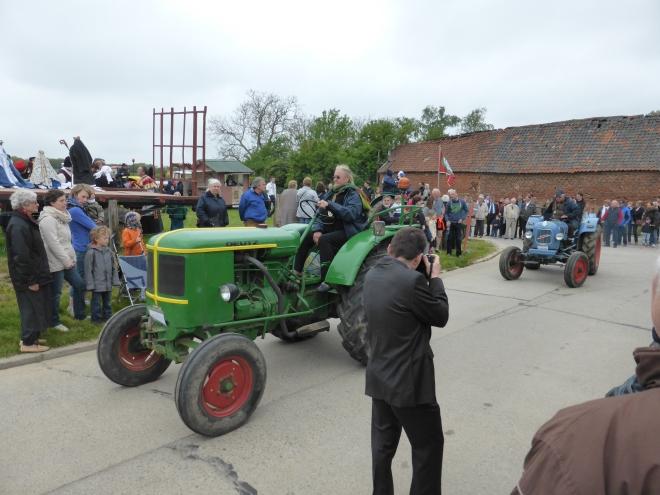 Début de la procession avec les tracteurs.