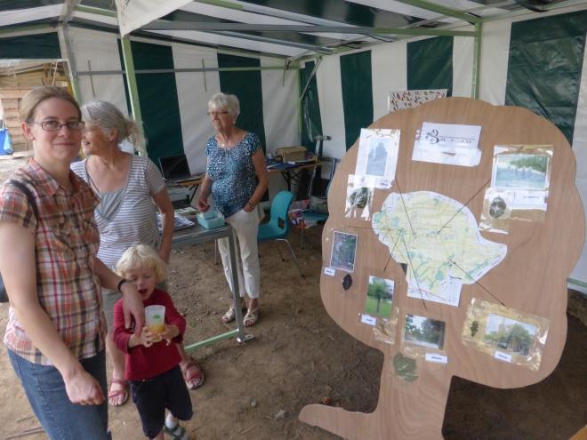 Le jeu didactif au sujet des arbres au stand de l'AEB. A deux, on a réussi a placer les photos, les noms et feuilles d'arbres au bon endroit dans la commune.