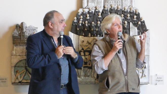 Brigitte Wiaux et le traducteur pendant son exposé
