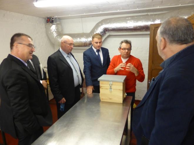 La miellerie didactique - quelques bourgmestres écoutent Vincent Bulteau, conseiller Environnement